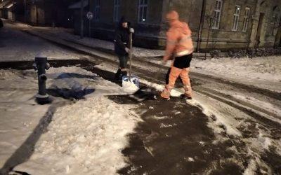 Radnici JKP Čistoće čistili sneg u centru grada